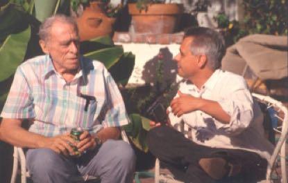 Mit Charles Bukowski, San Pedro, California, 1994 (Foto: Michael Montfort)