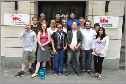 Die Teilnehmer der Summer School im Juli 2010 vor dem Gebäude der ifs internationale filmschule Köln (Foto: ifs)